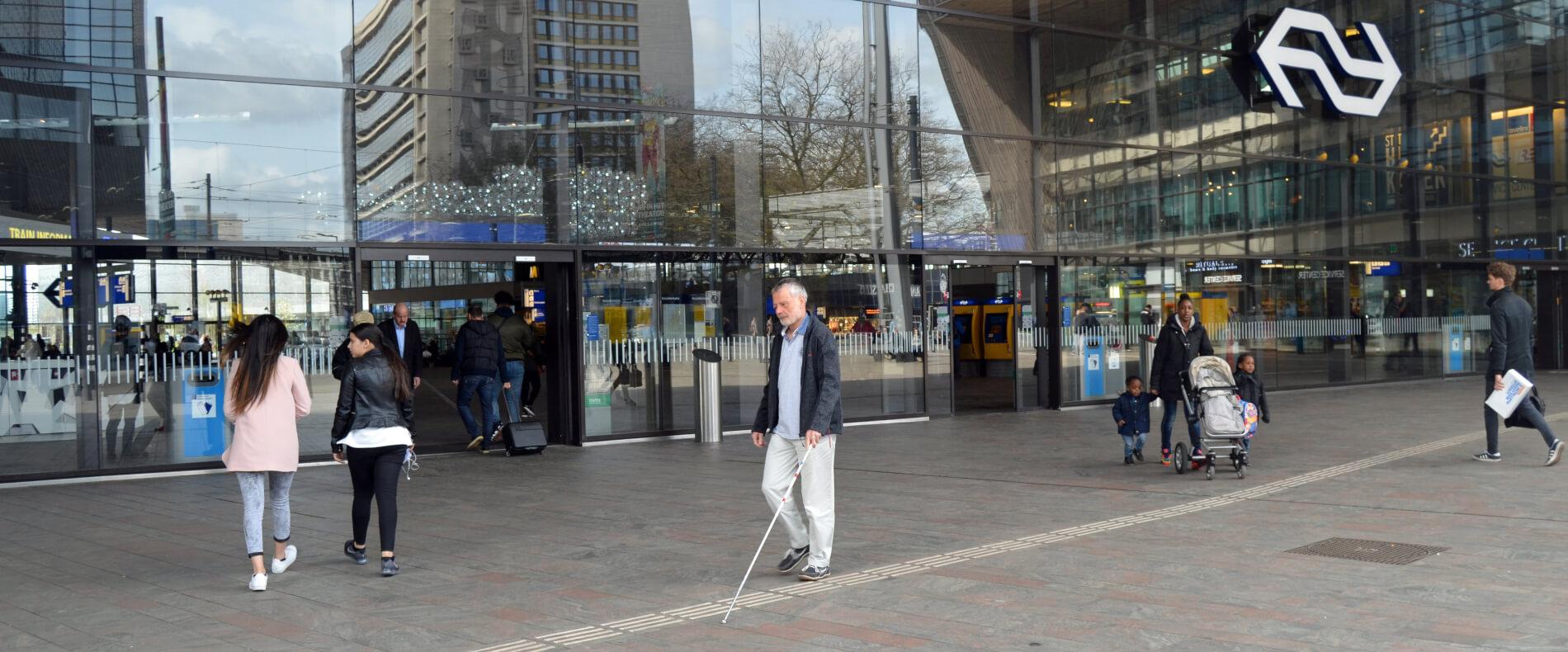 VGR adviseerde de aanleg van een samenhangend geleidesysteem voor mensen met een visuele beperking dat alle vervoersvormen -trein, metro, tram, bus en taxi- rond het Rotterdamse Centraal Station bereikbaar en toegankelijk maakt.